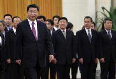 El presidente de China, Xi Jinping, camina frente a altos funcionarios chinos, durante una ceremonia de bienvenida en el Gran Corredor, en Beijing, 9 de diciembre de 2014. La economía de China enfrenta desafíos que incluyen dificultades para llevar adelante reformas estructurales, dijo el presidente Xi Jinping, citado por la agencia de noticias Xinhua el jueves. REUTERS/Jason Lee