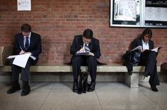 Personas buscando empleo se preparan para la apertura de una feria de trabajos en la Universidad Rutgers, en Nueva Jersey, 6 de enero de 2011. El número de estadounidenses que pidieron por primera vez el seguro de desempleo aumentó imprevistamente la semana pasada, pero siguió en niveles consistentes con un fortalecimiento del mercado laboral. REUTERS/Mike Segar