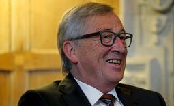 El presidente de la Comisión Europea, Jean-Claude Juncker sonríe en una entrevista con el primer ministro británico David Cameron, en una fotografía tomada el 25 de mayo de 2015 en Ellesborough, en la casa de campo oficial del primer ministro del Reino Unido, al sur de Inglaterra REUTERS/Suzanne Plunkett