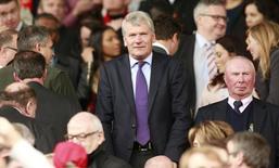Ex-presidente-executivo do Manchester United assiste partida da equipe contra o Arsenal pelo Campeonato Inglês. 17/05/2015 REUTERS/Action Images/Jason Cairnduff