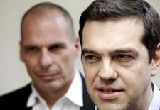 El primer ministro griego, Alexis Tsipras, habla a la prensa ante la mirada del ministro de Finanzas, Yanis Varoufakis (I), en Atenas, el 27 de mayo de 2015. El Gobierno de Grecia pretende llegar a un acuerdo con sus acreedores antes del domingo para recibir dinero a cambio de realizar reformas, dijo el jueves su portavoz, rechazando las declaraciones de responsables de la zona euro que minimizaron la inminencia de un acuerdo. REUTERS/Alkis Konstantinidis