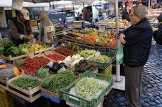Marché à Rome. L'économie italienne a enregistré une croissance de 0,3% au premier trimestre, par rapport au dernier trimestre 2014, confirmant ainsi une estimation préliminaire. /Photo d'archives/REUTERS/Stefano Rellandini