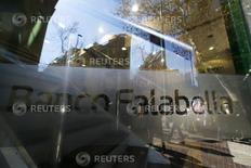 Una sucursal del Banco Falabella, en el centro de Santiago, 25 de agosto de 2014. La utilidad del sistema bancario chileno anotó un crecimiento de un 14,58 por ciento entre enero y abril, impulsado por un aumento del margen de intereses y un menor gasto por impuestos, dijo el viernes el regulador local. REUTERS/Ivan Alvarado