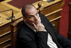 """Le ministre allemand des Finances, Wolfgang Schäuble, veut offrir des euros en chocolat à son homologue grec, Yanis Varoufakis, (photo) """"pour ses nerfs"""". Dans une interview à la chaîne de télévision ZDF, des pièces d'euros en chocolat ont été offertes à Wolfgang Schäuble. """"Je vais en prendre un peu pour mon collègue grec, lui aussi a besoin d'avoir les nerfs solides"""", a dit le ministre. /Photo prise le 2 avril 2015/REUTERS/Alkis Konstantinidis"""