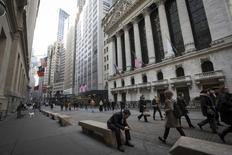 Personas caminan junto a la Bolsa de Nueva York, en el distrito financiero de Nueva York, 11 de marzo de 2014. Las acciones operaban volátiles el lunes por la mañana en la bolsa de Nueva York tras unas fuertes ganancias en la apertura, ya que los inversores asimilaban una serie de datos que mostraron un panorama poco claro sobre el ritmo de recuperación de la economía estadounidense. REUTERS/Brendan McDermid