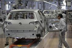 Un trabajador en la planta de Volkswagen en Puebla, México, ene 14 2014. El sector manufacturero de México, uno de los motores de la economía del país, creció en mayo por tercer mes consecutivo, mientras que los servicios y el comercio mostraron un débil desempeño, dijo el lunes un influyente grupo de ejecutivos. REUTERS/Imelda Medina