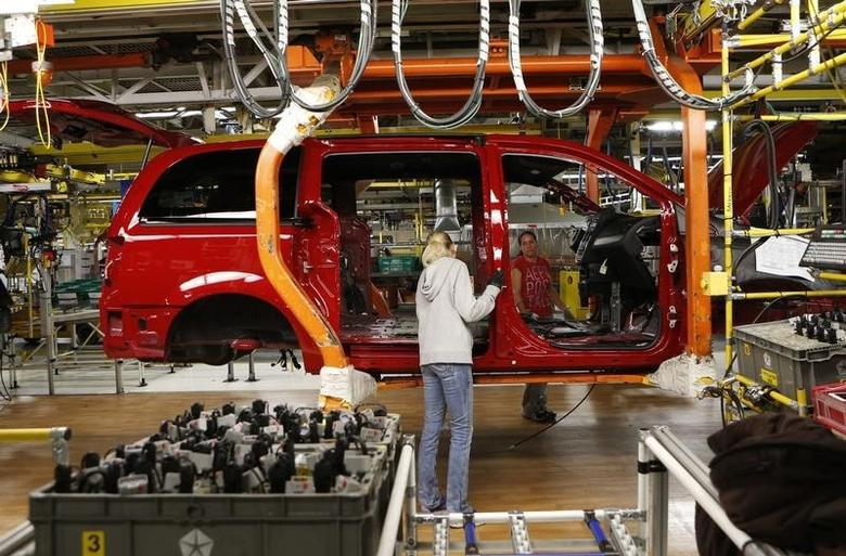Fiat Chrysler assembly workers work on a partially assembled minivan at the Windsor Assembly Plant in Windsor, Ontario, February 9, 2015. REUTERS/Rebecca Cook