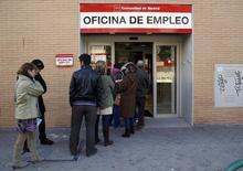 Le nombre d'Espagnols inscrits au chômage a reculé de 13.538 en mai par rapport à avril, soit une baisse de 2,7% qui ramène le nombre de demandeurs d'emploi à 4,215 millions. /Photo d'archives/REUTERS/Andrea Comas