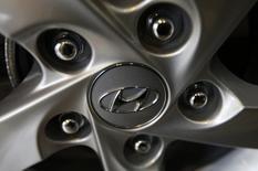 Hyundai Motor a chuté de 10% en Bourse mardi, à son plus bas niveau depuis près de cinq ans. Le constructeur automobile sud-coréen est sanctionné pour sa trop grande dépendance envers les berlines qui lui a fait manquer le boom des véhicules de loisirs ou SUV (sport utility vehicles). /Photo d'archives/REUTERS/Kim Hong-Ji