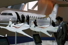 Dassault Aviation a présenté mardi son deuxième nouvel avion d'affaires en six mois, le Falcon 5X, destiné à étoffer la gamme du constructeur français face à une concurrence exacerbée. /Photo prise le 19 mai 2015/REUTERS/Denis Balibouse