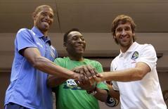 Pelé e os jogadores Márquez, de Cuba, e Raúl, do New York Cosmos, em Havana. 01/06/2014  REUTERS/Enrique de la Osa