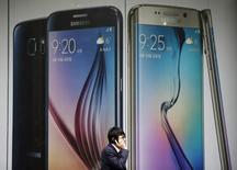Les ventes des modèles Galaxy S6, le nouveau combiné vedette de Samsung Electronics, ont atteint six millions d'exemplaires à la fin du mois d'avril, soit moins d'un mois après leur lancement. /Photo prise le 28 avril 2015/REUTERS/Kim Hong-Ji