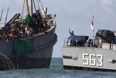 Oficial de barco militar de Mianmar fala com imigrantes em barco no mar de Andaman. 31/05/2015 REUTERS/Soe Zeya Tun