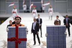 Ativistas do Greenpeace seguram painéis solares em protesto no Palácio do Planalto, em Brasília. 23/04/2015 REUTERS/Ueslei Marcelino