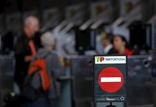 Balcão de check-in da TAP no aeroporto de Lisboa.    01/05/2015    REUTERS/Hugo Correia