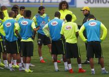 Técnico Dunga conversa com jogadores da seleção brasileira em campo da Granja Comary, em Teresópolis. REUTERS/Ricardo Moraes