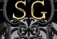 El emblema del banco francés Societe Generale en una sucursal en París, mayo 19 2015. Societe Generale revisó al alza su proyección trimestral para el promedio del precio del petróleo en 2015 y dijo que ve un rango acotado para las cotizaciones en los próximos 18 meses. REUTERS/Christian Hartmann