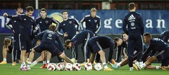 Сборная России по футболу тренируется в Вене 14 ноября 2014 года. Сборная России по футболу поднялась на одну строчку в рейтинге ФИФА и теперь занимает 26-е место. REUTERS/Heinz-Peter Bader