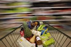 Un carrito de compras, en un supermercado en Londres, 19 de mayo de 2015. Los precios mundiales de los alimentos cayeron en mayo a su nivel más bajo desde septiembre del 2009, luego de que un declive en los cereales, lácteos y productos cárnicos eclipsaron un leve aumento en los aceites y el azúcar, dijo la Organización de Naciones Unidas para la Agricultura y la Alimentación (FAO). REUTERS/Stefan Wermuth