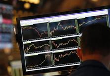 Una pantalla muestra las acciones mientras un operador trabaja en su puesto en la Bolsa de Nueva York, 30 de mayo de 2013. Las acciones bajaban el jueves en la apertura en la Bolsa de Nueva York, luego de que una ola de ventas en los mercados globales de bonos eclipsara un dato ligeramente mejor al esperado de solicitudes de subsidios por desempleo en Estados Unidos. REUTERS/Brendan McDermid