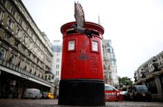 Le ministre britannique des Finances George Osborne a annoncé jeudi que l'Etat allait vendre sa participation résiduelle de 30% dans le groupe de courrier et de messagerie Royal Mail, valorisée environ 1,5 milliard de livres (2,0 milliards d'euros), une démarche qu'il inscrit dans le cadre de la lutte contre les déficits. /Photo d'archives/REUTERS/Andrew Winning