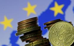 Varias monedas de euro, con la bandera de la Unión Europea en el fondo, en una ilustración fotográfica, tomada en Zenica, 28 de mayo de 2015. El euro caía el jueves frente al dólar, mientras los inversores se embolsaban ganancias por el mayor avance de dos días del euro en seis años y mientras los rendimientos de los bonos del Gobierno alemán retrocedían desde máximos de varios meses. REUTERS/Dado Ruvic