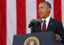 """Президент США Барак Обама выступает на Арлингтонском национальном кладбище в День поминовения. 25 мая 2015 года. Президент США Барак Обама призовет лидеров ЕС сохранить санкции в отношении России на предстоящем саммите """"Большой семерки"""", сообщили американские чиновники. REUTERS/Jonathan Ernst"""