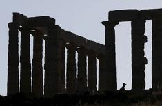 El Templo de Poseidón en Cabo Sounión en Grecia, mayo 25 2015. Grecia juntará sus cuatro pagos de deuda de este mes al Fondo Monetario Internacional en uno solo para el 30 de junio, dijo el FMI el jueves.     REUTERS/Kevin Coombs