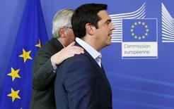 Le Premier ministre grec, Alexis Tsipras, en compagnie du président de la Commission européenne, Jean-Claude Juncker. Le chef du gouvernement grec ne retournera finalement pas à Bruxelles vendredi soir pour poursuivre les négociations avec les créanciers de la Grèce, /PHoto prise le 3 juin 2015/REUTERS/François Lenoir