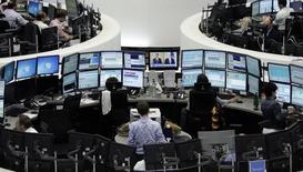 Трейдеры на фондовой бирже во Франкфурте-на-Майне. 1 августа 2014 года. Европейские фондовые рынки снижаются, так как Греция пропустила платеж МВФ, и инвесторы ждут отчета о занятости в США. REUTERS/Pawel Kopczynski/Remote