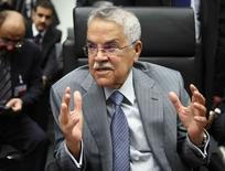 Le ministre saoudien du Pétrole Ali al-Naimi. Réunie à Vienne, l'Organisation des pays exportateurs de pétrole (Opep) devrait s'en tenir à sa politique de production abondante en dépit des risques d'une rechute des cours dans la mesure où des pays membres tels que l'Iran et la Libye veulent augmenter leurs exportations. /Photo prise le 5 juin 2015/REUTERS/Heinz-Peter Bader