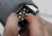 Les concepteurs de jeux sont généralement optimistes quant aux possibilités offertes par l'Apple Watch, mais beaucoup pensent que les applications pour de petits écrans exigent une nouvelle approche. /Photo prise le 24 avril 2015/REUTERS/Issei Kato