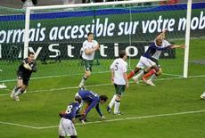 Jogadores da Irlanda reclamam após gol da França marcado em jogada que teve toque de mão do francês Thierry Henry, nas repescagem das eliminatórias para a Copa de 2010. 18/11/2009 REUTERS/Jacky Naegelen