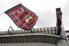 Fanion de l'AC Milan devant le stade San Siro. Silvio Berlusconi a donné son aval à la vente de 48% du capital du club de football milanais à un consortium emmené par le milliardaire thaïlandais Bee Taechaubol, /Photo prise le 28 avril 2015/ REUTERS/Alessandro Garofalo