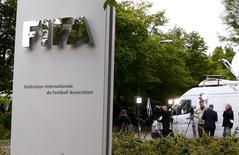 Membros da imprensa em frente à sede da Fifa em Zurique, na Suíça. 30/05/2015 REUTERS/Arnd Wiegmann
