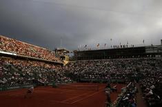Vista geral da quadra Philippe Chatrier durante semifinal do Aberto da França entre Novak Djokovic e Andy Murray, em Roland Garros, Paris, na França, nesta sexta-feira. 05/06/2015 REUTERS/Pascal Rossignol