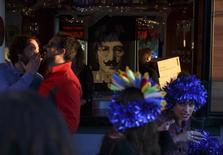 Foto de John Lennon num bar em Sevilha, na Espanha. 23/12/2014 REUTERS/Marcelo del Pozo