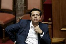 """El primer ministro griego, Alexis Tsipras, retomará las conversaciones con los acreedores de la zona euro en Bruselas la próxima semana, tras decir al Parlamento que rechazaba las """"absurdas"""" condiciones de un acuerdo para lograr fondos a cambio de reformas que evite la suspensión de pagos. En la imagen, Tsipras durante la sesión en la que informó a los parlamentarios de cómo avanzan las conversaciones con los acreedores. 5 junio 2015. REUTERS/Alkis Konstantinidis"""