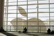 Apple devrait dévoiler un nouveau service de streaming musical et de meilleurs outils pour créer des applications pour sa montre connectée lors de sa conférence mondiale des développeurs (WWDC) prévue lundi à San Francisco. /Photo d'archives/REUTERS/Stephen Lam