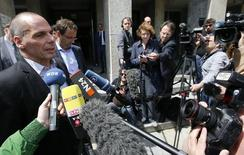 """El ministro de Finanzas griego, Yanis Varoufakis, habla con los medios, afuera del ministerio de Finanzas, en Berlín, Alemania, 8 de junio de 2015. El ministro de Finanzas de Grecia, Yanis Varoufakis, expresó un tono más conciliador el lunes en la larga batalla por un potencial acuerdo de dinero a cambio de reformas, y dijo que un encuentro en Berlín con su par alemán fue """"muy útil"""". REUTERS/Fabrizio Bensch"""