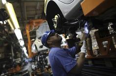 Un trabajador brasileño ensambla un auto Ford, en una línea de producción en la planta de Ford, en Sao Bernardo do Campo, cerca de Sao Paulo, 13 de agosto de 2013. Anfavea, que agrupa a los fabricantes de vehículos en Brasil, redujo el lunes sus estimaciones de producción y ventas para este año en el país, debido a que un alza en las tasas de interés y el desplome de la confianza de los consumidores golpean las operaciones locales de las empresas extranjeras. REUTERS/Nacho Doce