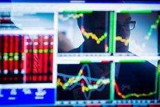 Les principales Bourses européennes sont hésitantes mardi à l'ouverture, freinées par le double effet de l'enlisement des négociations sur la dette de la Grèce et du relèvement attendu des taux d'intérêt aux Etats-Unis. À Paris, l'indice CAC 40 gagnait 0,12% vers 09h20. /Photo d'archives/REUTERS/Lucas Jackson