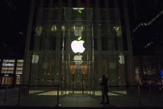 """Apple au rang des valeurs à suivre mardi à Wall Street. Comme attendu, le groupe californien a annoncé lundi le lancement d'un nouveau service de musique en ligne sur abonnement, Apple Music, faisant ainsi son entrée sur le marché de plus en plus disputé du """"streaming"""". /Photo prise le 22 avril 2015/REUTERS/Brendan McDermid"""