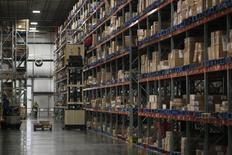 Un centro de distribución de la compañía Wal-Mart, en Bentonville, Arkansas, 6 de junio de 2013. Los inventarios mayoristas de Estados Unidos subieron más de lo previsto en abril debido a que la estabilización de los precios del petróleo impulsó el mayor incremento de las ventas en más de un año, dando incentivos a los mayoristas para acumular más existencias. REUTERS/Rick Wilking