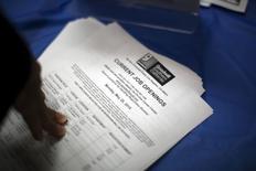 Una feria laboral para gente de escasos recursos en Los Angeles, EEUU, jun 4 2015. La creación de puestos de trabajo en Estados Unidos subió en abril a un máximo histórico y la confianza de las pequeñas empresas creció en mayo, señales de que la mayor economía del mundo recupera impulso tras trastabillar a comienzos de año. REUTERS/David McNew