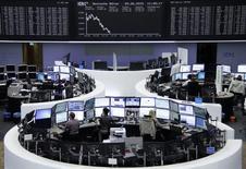 Operadores en sus estaciones de trabajo en la bolsa de Fráncfort, jun 9 2015. Las acciones europeas cayeron el martes a mínimos de tres meses y medio, en una jornada de ventas en las bolsas de todo el mundo por el creciente temor al impacto de un ciclo de alzas de tasas en Estados Unidos a partir de septiembre.       REUTERS/Stringer