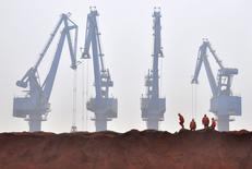Minerai de fer dans le port de Tianjin Les économistes de la banque centrale chinoise ont abaissé de 7,1% à 7,0% leur prévision de croissance du PIB de la Chine en 2015 en évoquant des pressions croissantes sur l'activité du pays.. /Photo d'archives/REUTERS/Vincent Du