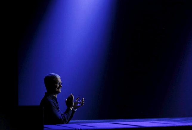 Apple CEO Tim Cook waits to return to stage during his keynote address at the Worldwide Developers Conference in San Francisco, California June 8, 2015.  REUTERS/Robert Galbraith