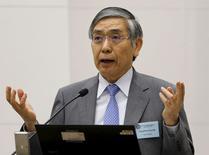 """Haruhiko Kuroda dando un discurso en Tokyo, el 4 de junio de 2015. Es poco probable que el yen se deprecie adicionalmente sobre una base de tipo de cambio efectivo real porque ya es """"muy débil"""", dijo el miércoles el gobernador del Banco de Japón, Haruhiko Kuroda, en declaraciones que rescataron a la moneda desde un mínimo en casi 13 años frente al dólar. REUTERS/Toru Hanai"""