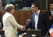 La canciller alemana, Angela Merkel se da la mano con el primer ministro griego, Alexis Tsipras, al inicio de la reunión entre la Unión Europea y la CELAC, en una cumbre en Bruselas, Bélgica, 10 de junio de 2015. La canciller alemana, Angela Merkel, aseguró que junto al presidente francés, François Hollande, está dispuesta a dialogar el miércoles con el primer ministro griego, Alexis Tsipras, si así lo desea, reforzando el mensaje de que las conversaciones de Atenas con sus acreedores internacionales deben continuar. REUTERS/Yves Herman